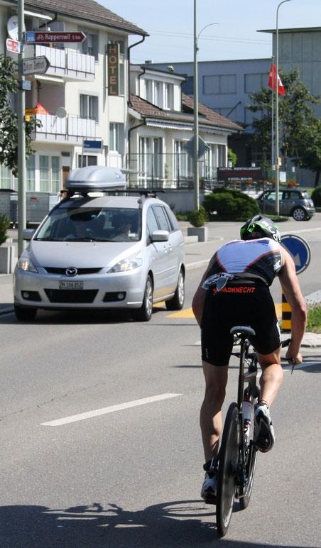 Ironman-Star Ronnie Schildknecht bei der Durchfahrt in Wolfhausen 2013