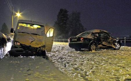 Zwei Verletzte bei Unfall in Reichenberg (Bild: KAPO SZ)