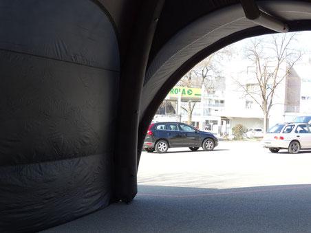 Geheimer Test im März: Der Eingangsbereich zur neuen Halle wurde probehalber schon mal auf dem Parkplatz beim Jugi aufgestellt
