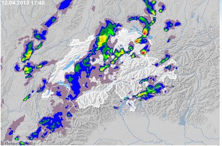 Das Niederschlagsradarbild zeigt die zahlreichen Gewitterzellen, die um 17.40 Uhr über der Schweiz aktiv waren (Bild: meteoschweiz.admin.ch)