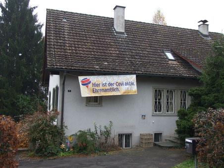 Der Umzonungsantrag für die Pfarrhausliegenschaft bleibt bestehen, das Pfarrhaus – wo derzeit eine Cevi-WG eingemietet ist – soll aber vorerst nicht verkauft werden