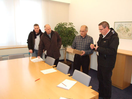 Von links: Anwohner Marco Brunner, Bühlhofvereins-Präsident Hansruedi Hunziker, Schulpräsident Hans Murer, SVP-Präsident Toni Hintermann (Bilder: © buebikernews.com)