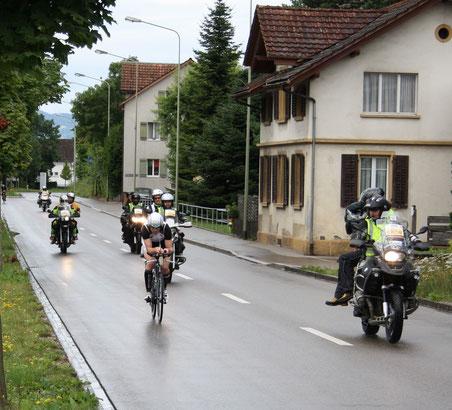 Ronnie Schildknecht bei der zweiten Durchfahrt durch Wolfhausen – noch knapp hinter Jan van Berkel. (Bilder: Thomas Illi)