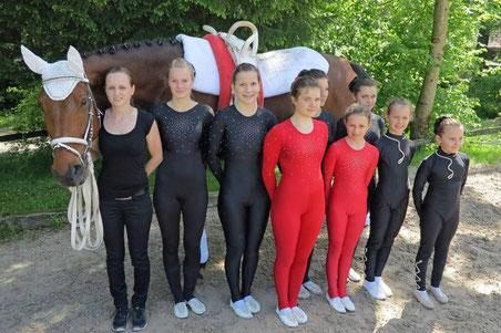 "Longenführerin: Désirée Hindermann Pferd: Renoir VI (""Edi"")  Gruppe: Janine Sprenger, Julia Zeller, Tamara Hermann, Vera Baumann, Gioia Girardet, Janine Hindermann, Aline Widmer,  Malin Odermatt(Bild: zvg)"