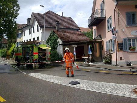"""August 2010: Es brennt in der """"Blume"""" (Bild: Feuerwehr Bubikon)"""