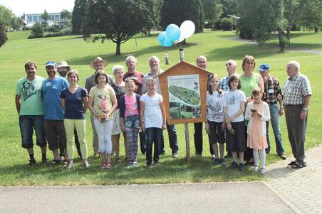 Gruppenbild mit allen, die einen Beitrag zum neu gestalteten Vogellehrpfad und zur Einweihungsveranstaltung geleistet haben (G. Franke)