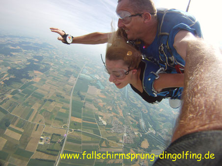 Fallschirmspringen Geschenkidee Bayern Erlebnisgeschenk Tandemsprung