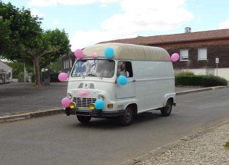 """Juillet 2015 - Quoi de mieux qu'une Estafette pour transporter """"discrètement"""" des amis lors de leur mariage surprise..."""