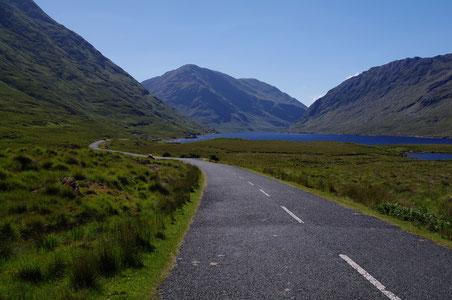 ミューリア山の登山道入り口へと続くR335道路。右手の湖はDoo Lough。
