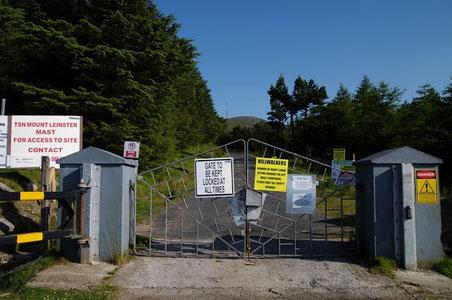 マウント・レンスターの登山口(?)入り口。門があり厳重に鍵が掛けられています。