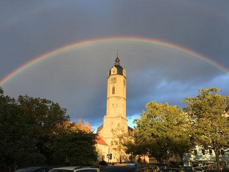 Bei Ankunft der Besucher stand dieser Regenbogen über der Stadtkirche - ein seltenes Schauspiel. Foto: Reinhard Gaupp