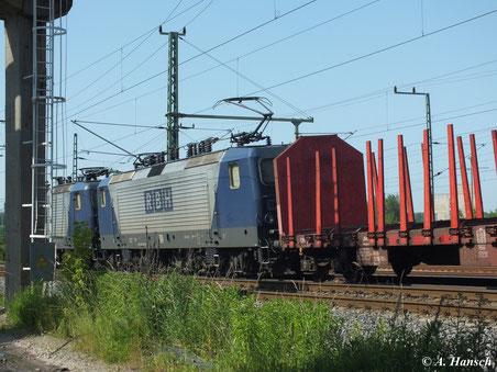 Am 19. Juni 2013 ziehen 143 056-0 (RBH 114) und 143 638-5 (RBH 112) als Vorspannlok einen Holzleerzug am AW Chemnitz vorbei in Richtung Riesa