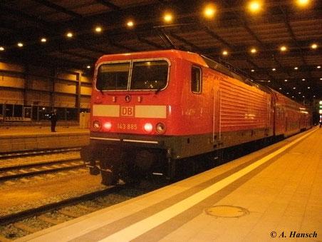 Kein tolles Bild, jedoch das einzige: 143 885-2 am 18. Dezember 2012 in Chemnitz Hbf.