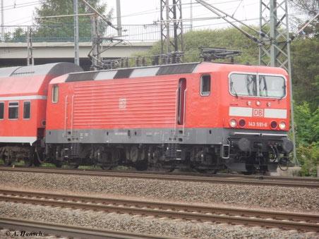 Am 4. August 2011 zeigt sich 143 591-6 kurz nach der Triftbrücke in Luth. Wittenberg. Gleich wird sie den Hauptbahnhof erreichen.