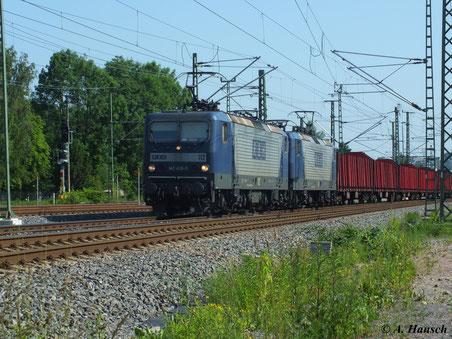 143 638-5 (RBH 112) leistet Schwestermaschine 143 056-0 (RBH 114) Vorspann an einem Holzleerzug Richtung Riesa, der hier gerade das AW Chemnitz passiert (19. Juni 2013)