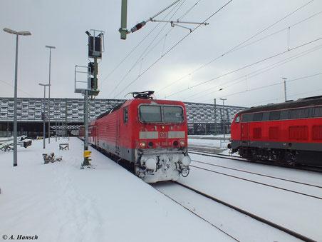 143 585-8 war am 22. Februar 2013 mit der RB Zwickau-Dresden unterwegs. Hier fährt der Zug gerade aus Chemnitz Hbf. aus