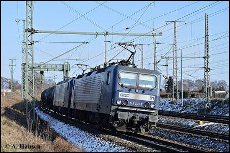 Die 143er von RBH sind meist in Doppeltraktion unterwegs. Am 1. Februar 2015 hat 143 048-7 (RBH 121) Vorspanndienst vor 143 916-5 (RBH 108). Kurz vor Luth. Wittenberg Hbf. entstand dieses Bild