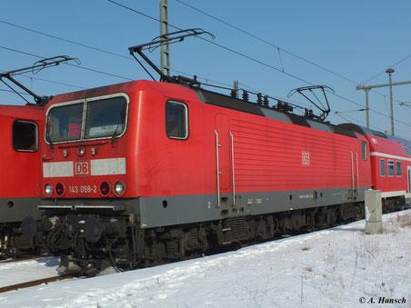 143 098-2  auf einem Nebengleis abgestellt. (5. Februar 2012 in Luth. Wittenberg Hbf.)