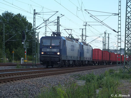 Am 21. Juni 2013 leistet 143 079-2 (RBH 120) 143 186-5 (RBH 105) am Leerholzzug gen Riesa Vorspann