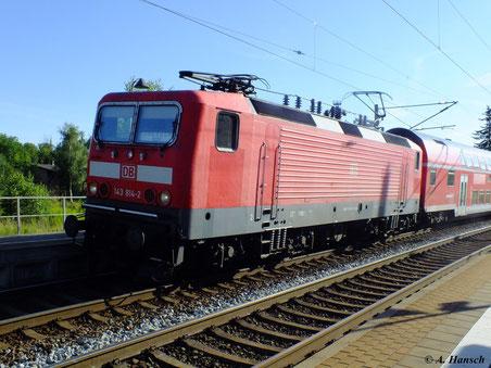 Am 23. Juli 2012 fährt 143 814-2 den RE nach Dresden, hier am Hp Chemnitz Hilbersdorf