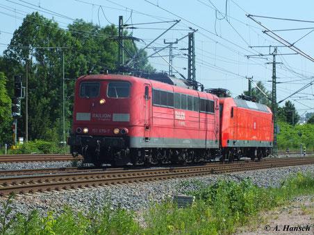151 076-7 hat am 19. Juni 2013 145 072-5 am Haken. Am AW Chemnitz vorbei rollt das Lokpaar in Richtung Riesa