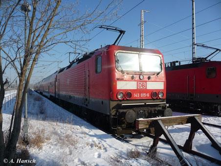 Am 4. Februar 2012 sonnt sich 143 015-6 auf einem Nebengleis im Hbf. Luth. Wittenberg