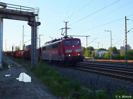 Am Abend des 5. Juni 2013 erreicht ein umgeleiteter Holzzug Chemnitz. Gerade erhielt die Fuhre um Zuglok 151 014-8 (Lok 269 der RBH Logistics GmbH) auf Höhe AW Chemnitz Einfahrt in den Hbf.