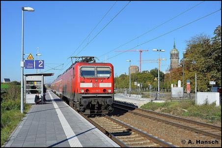 143 903-3 hat am 11. Oktober 2015 die RB nach Falkenberg (über Dessau) am Haken, die hier gerade am Hp Luth. Wittenberg Altstadt zum Stehen kommt. Im Hintergrund ist die berühmte Schlosskirche zu sehen