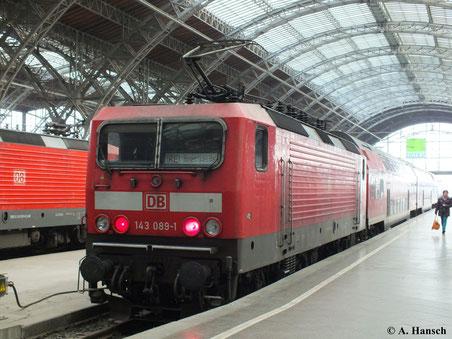 Am 12. Oktober 2013 ist der RE von Leipzig nach Hoyerswerda mit 143 089-1 bespannt. Das Bild entstand in Leipzig Hbf.