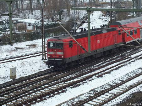 143 935-5 verlässt am 10. Februar 2013 gerade Luth. Wittenberg Hbf. und unterfährt gleich die Triftbrücke