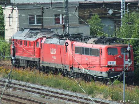 Am Betriebswerk Halle G sind am 6. Juli 2013 mehrere Loks arbeitslos. So auch 151 081-7, die von weitem festgehalten werden konnte