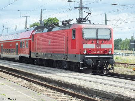 Mit RB nach Falkenberg steht 143 354-9 am 2. Juni 2012 in Luth. Wittenberg Hbf.