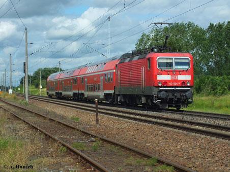 Am 23. Juni 2013 passiert 143 034-7 mit RB nach Halle über Dessau gerade den Bahnübergang in Piesteritz (Luth. Wittenberg)