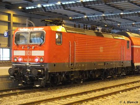 Die vom Winter gezeichnete 143 126-1 steht am 9. Februar 2012 in Chemnitz Hbf. auf Gleis 11 zu Abfahrt nach Dresden bereit