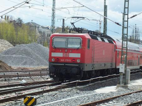 Am 22. April 2012 verlässt 143 370-5 Chemnitz Hbf. Richtung Zwickau