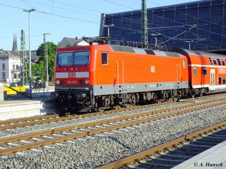 Bei schönster Frühlingssonne verlässt 143 875-3 Chemnitz Hbf in Richtung Dresden (17. Mai 2012)