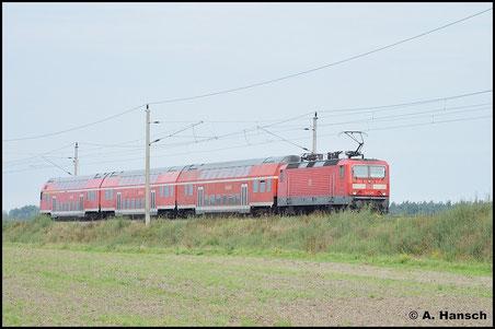 Am 13. September 2015 schiebt 143 139-4 die RB nach Halle auf Wittenberg zu. Zwischen Mühlanger und Luth. Wittenberg entstand diese Aufnahme des Zuges