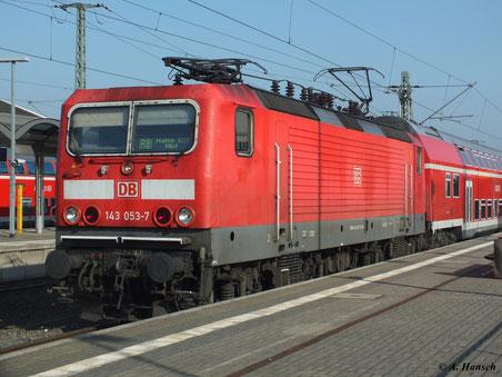Am 21. Oktober 2012 steht 143 053-7 mit RB nach Halle in Luth. Wittenberg Hbf.