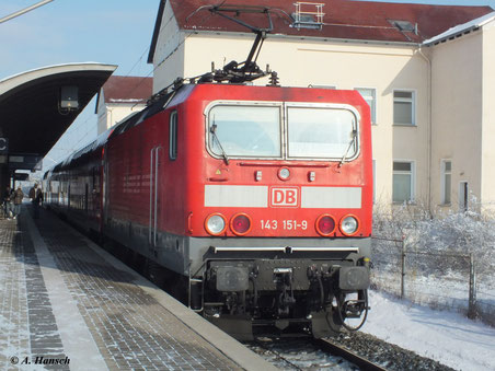 143 151-9 am 4. Februar 2012 mit RB nach Luth. Wittenberg im Bahnhof Bitterfeld