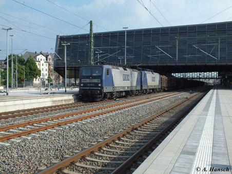 143 191-5 (Lok 104 der RBH Logistics GmbH) leistet 143 079-2 (Lok 120 der RBH) am Holzzug Richtung Riesa Vorspanndienst. Am 12. Juni 2013 passiert der Zug Chemnitz Hbf.