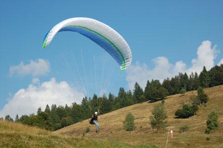 wir wandern gemütlich und lassen die Paragliderlehrlinge über den Weg und uns hinüber springen