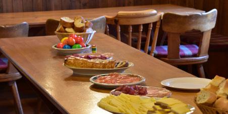 harte Eier, Käse, Lachs, Aufschnitt, luzerner Birewegge, Confi, Kuchen und und...