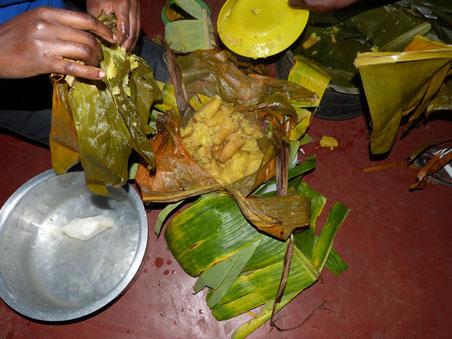 Zubereitung von Matoke (Kochbanane) in Bananenblättern