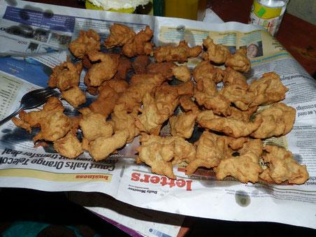 frisch frittierte Mandasi - ein Krapfen ähnliches Gebäck