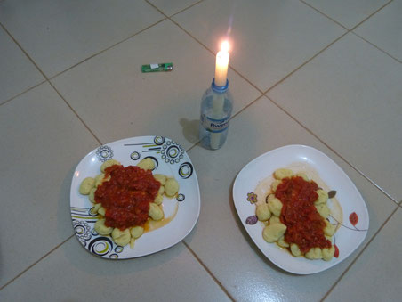 ugandisches Candle-Light-Dinner mit Gnocci