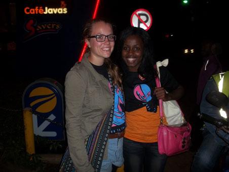 Princilla und ich in unseren Festival-T-Shirts