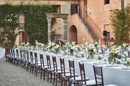 Hochzeitstisch in Freien vor einer Villa in Italien