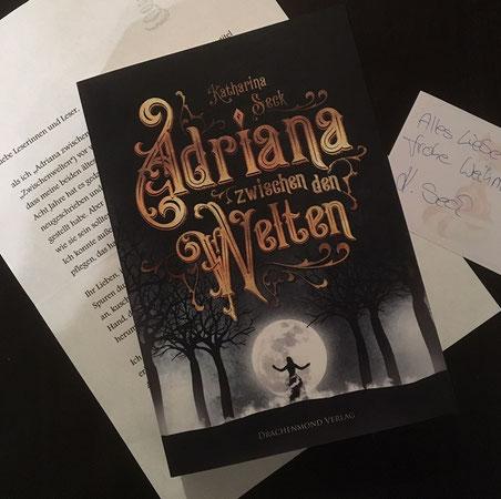 """""""Adriana zwischen den Welten"""" von Katharina Seck, Drachenmond Verlag , 14,90 €; mit Brief und signiertem Aufkleber der Autorin"""