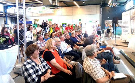 Kollegen des Schwarzwälder Boten machten beim Journalistentag der Südwestmesse auf ihre Probleme aufmerksam.  Foto: Christoph Holbein