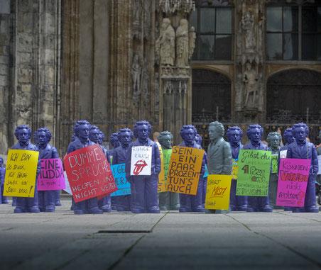 Solidarisch mit den streikenden Redakteur*innen: Einstein-Figuren des Künstlers Ottmar Hörl am Ulmer Münsterplatz.  Foto: Volkmar Könneke
